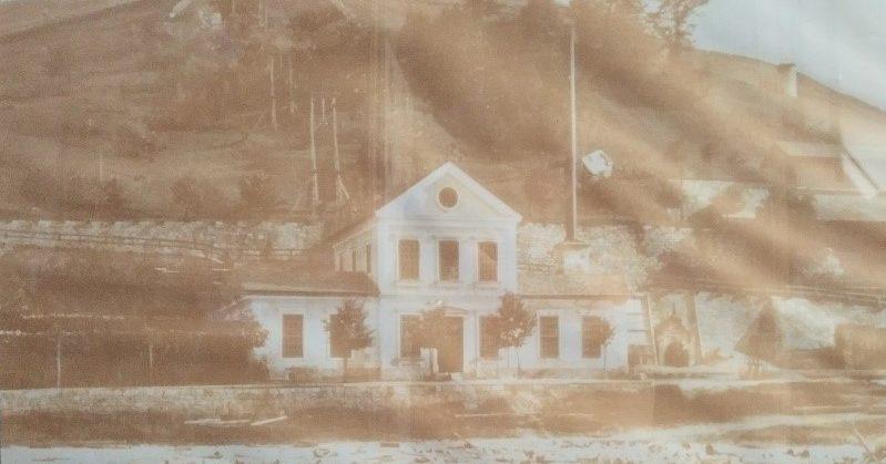 Stara strojnica jaška Inzaghi, opuščena v 50. letih 20. stoletja. Spredaj viden les, ki so ga do Idrije plavili preko vodnih zapornic – klavž. (Vir: Razstava v strojnici jaška Inzaghi)